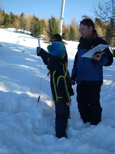 Thierry, Elie et Louis réalisent une coupe du manteau neigeux.